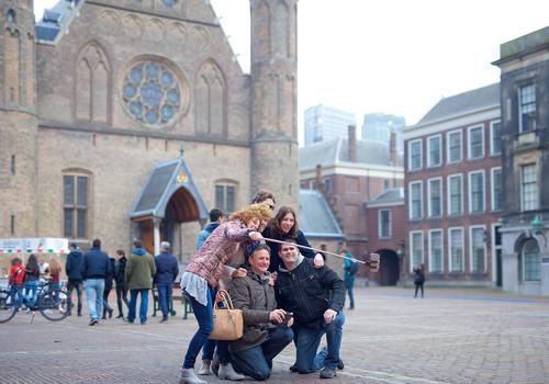 Toeristen op het Binnenhof in Den Haag