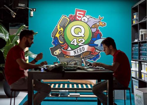 Ontwikkelaars aan het werk tijdens de Q42 hackathon w00tcamp in Den Haag